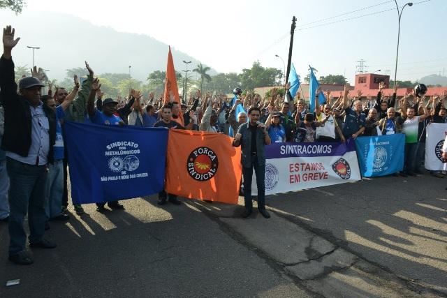 Continua greve de  terceirizados na Usiminas